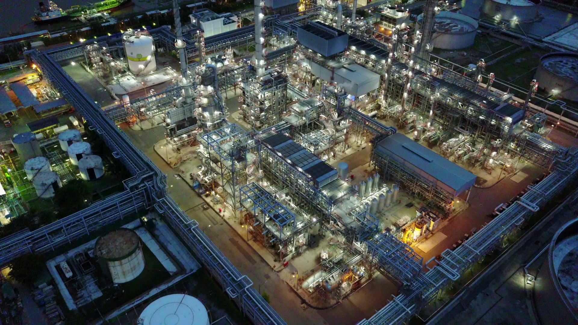 Refinery Aerial Video 28825315-hd_Moment